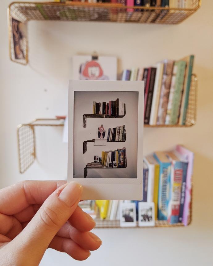 libri-libreria-scaffale-polaroid
